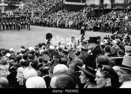Photographie de Sir Winston Churchill (1874-1965) lors de la cérémonie de la parade la couleur. Datée 1953 Banque D'Images