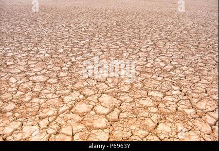 Sossusvlei, un sel et de l'argile pan entouré de hautes dunes rouges, situé dans la partie sud du désert du Namib, dans le parc national du Namib-Naukluft Banque D'Images
