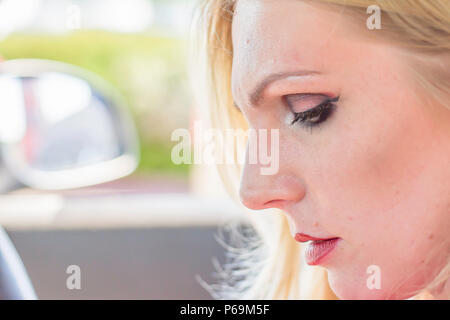 Portrait of woman in car.face profil fermer jusqu'.concentrées et à la pilote vers le bas.L'Espace pour modifier.fond flou.l'expression du visage. Banque D'Images