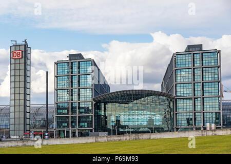 BERLIN, ALLEMAGNE - 20 septembre 2017: Façade vue de la gare centrale de Berlin (Hauptbahnhof Berlin, Berlin Hbf), Allemagne. Gare a ouvert ses portes en mai Banque D'Images