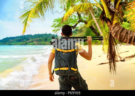 Indonésie - BALI / JAN18 2018: Photographe professionnel du voyage explorer tropical beach island Bali avec sac à dos photo et trépied Banque D'Images