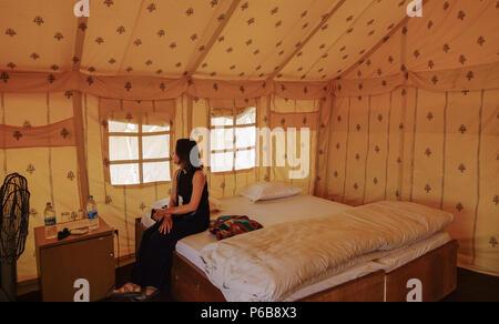 Femme lit sommeil moustiquaire chambre coucher les jeunes de se coucher sting prot ger - Rendre folle une femme au lit ...