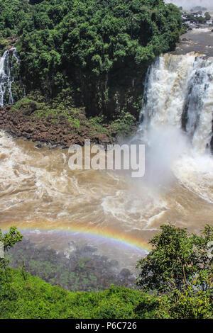 À arc-en-ciel ou des chutes d'Iguaçu Falls sont les cascades de la rivière Iguazu à la frontière de la province argentine de Misiones et de l'État brésilien Banque D'Images