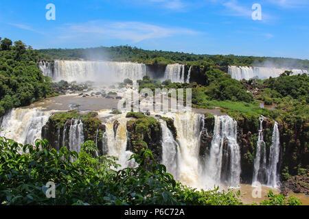Chutes d'Iguaçu ou chutes d'Iguaçu sont les cascades de la rivière Iguazu à la frontière de la province argentine de Misiones et de l'état brésilien du Paraná, Banque D'Images