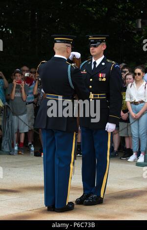 Cérémonie de la relève de la garde au cimetière national d'Arlington, Tombe du Soldat inconnu, Virginia, USA Banque D'Images