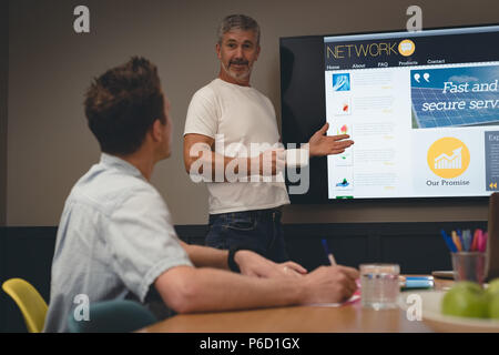 Businessman giving presentation à des collègues dans la salle de réunion Banque D'Images