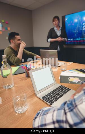 Businesswoman giving presentation à des collègues dans la salle de réunion Banque D'Images