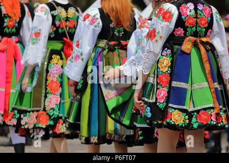 Les femmes locales. les filles habillés en costumes folkloriques traditionnels de la région de Lowicz, région de Pologne, au cours de célébration annuelle de la procession du Corpus Christi. Banque D'Images