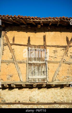 Porte en bois médiévale de vieux millésime en terre abandonnée dans la grange du village bulgare de Chavdar à Stara Planina Banque D'Images