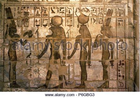 Soulagement de Pharaon Ramsès III (1193-1164 av. J.-C) en s'offrant à Dieu Soleil Ra ou ré et la déesse Hathor. Banque D'Images