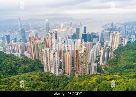 18 février 2018 - Hong Kong. Ville pittoresque panorama paysage avec de nombreux immeubles de grande hauteur. Vue pittoresque de horizon de Hong Kong depuis Victoria Peak, famou Banque D'Images