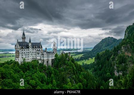 Château de Neuschwanstein appelé avec beaucoup d'arbres et montagnes en arrière-plan en Bavière Banque D'Images