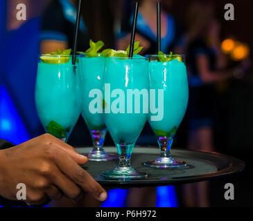 Boisson de bienvenue Cocktail Turquoise bleu à un dîner de gala d'entreprise événement banquets