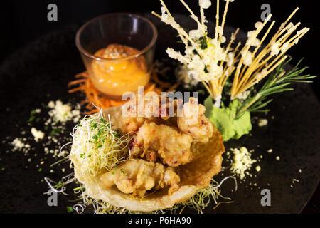 Tempura de homard avec Sriracha mayo. Le plat de frites a influences asiatiques. Banque D'Images