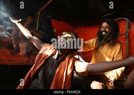 Deux sadhus jouent avec la lumière dans une tente au cours de Maha Kumbh Mela 2013 à Mumbai , Inde Banque D'Images
