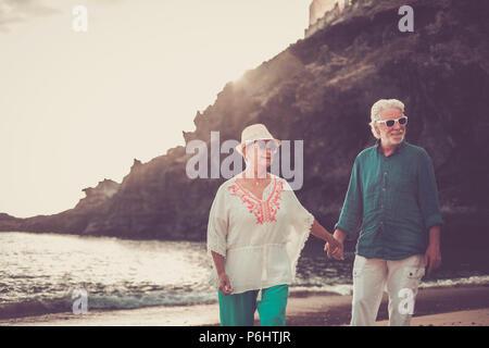 Happy senior couple in love waing souriant et profiter de l'heure d'été sur la plage et la vie à la retraite de leur nouvelle vie ensemble après y Banque D'Images