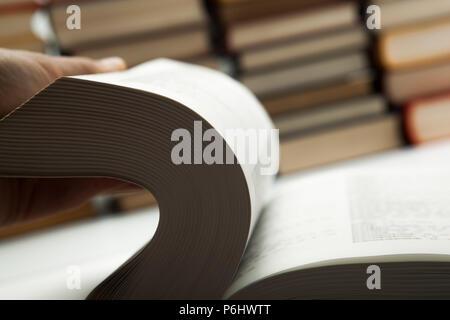 Livre sur l'inversion avec pile de livres close up Banque D'Images