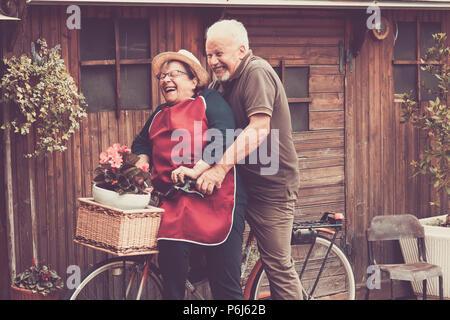 Les personnes de race blanche Nice profiter tant à l'extérieur loisirs sur un seul vélo comme un fou. lauhing ensemble moments drôles à la maison à l'extérieur du filtre et la couleur vintage. Banque D'Images