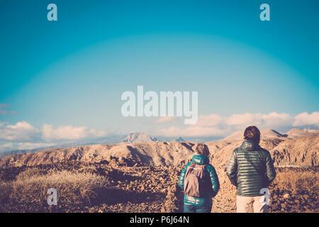 La haute mère et fils de 45 ans passer du temps ensemble pour marcher sur un chemin isolé faisant certaines activités de trekking sur les montagnes pendant l'été dans un soleil Banque D'Images