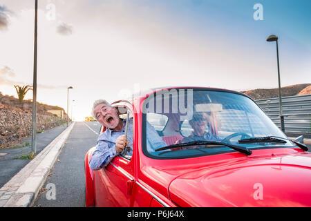 Belle belle senior adult couple voyageant ensemble pendant que la femme et l'homme crier pour faire peur ou de la folie. Le bonheur et joie ensemble f Banque D'Images
