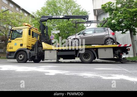 Berlin, Allemagne, une voiture stationne illégalement est mis en œuvre Banque D'Images