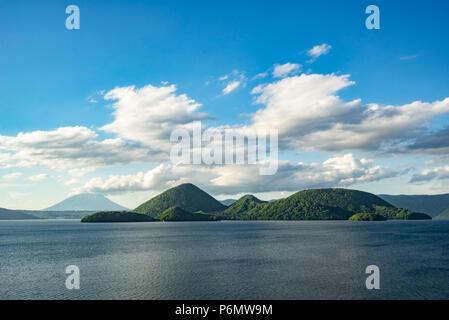 L'île de Nakajima et le Mont Yotei ont été vus de la rive du lac Toya après une journée nuageuse pluvieuse en juin 2018. Banque D'Images