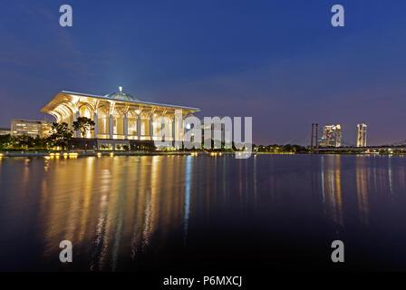 Vue de nuit de la mosquée Tuanku Mizan Zainal Abidin à Putrajaya, Malaisie. Banque D'Images