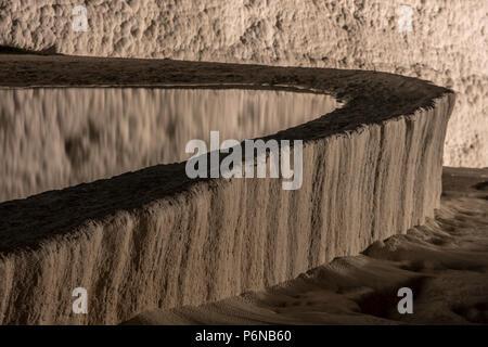 Nightscape shot des piscines et terrasses en travertin à Pamukkale. Château de coton dans le sud-ouest de la Turquie, Banque D'Images