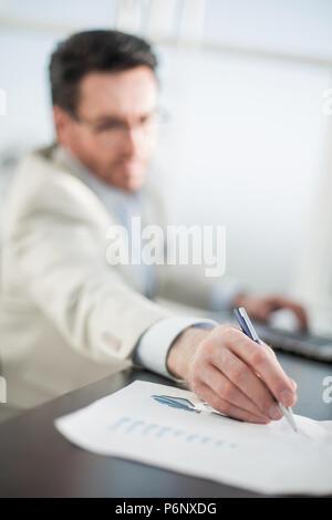 Image d'arrière-plan d'un homme d'affaires dans le milieu de travail