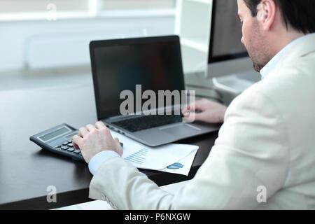 Close up.Businessman analyser des graphiques d'investissement Banque D'Images