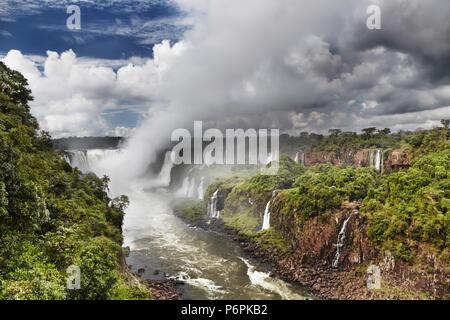 Iguassu Falls, la plus grande série de cascades du monde, situé à la frontière brésilienne et argentine, Vue du côté brésilien Banque D'Images