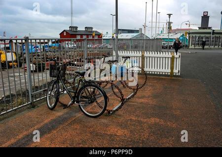 Neaty vélos alignés dans un quartier commerçant de la ville. Reykjavik est une ville accueillante, à pied ou à vélo.. Banque D'Images