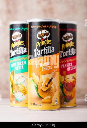 Londres, Royaume-Uni - 30 juin 2018: tortilla chips croustilles Pringles sur bois. À base de blé et de pommes de terre-cas. empilables Banque D'Images
