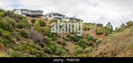Les maisons au bord d'une falaise surplombant un ravin à Marino Adelaide, SA, Australie. Banque D'Images