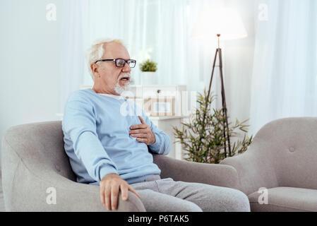 Hâte hauts homme souffrant d'un malaise cardiaque Banque D'Images
