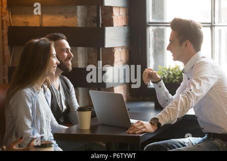 Architect consulting heureux couple millénaire dans le café sh Banque D'Images