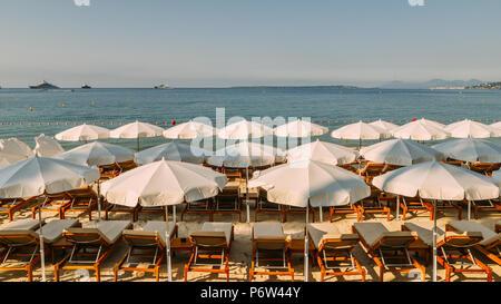 Rangées de plage vide salons et parasols sur une plage de Juan les Pins, France Banque D'Images