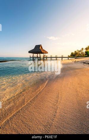 Playa Blanca, Punta Cana, République dominicaine, la mer des Caraïbes. Hutte de chaume sur la plage.