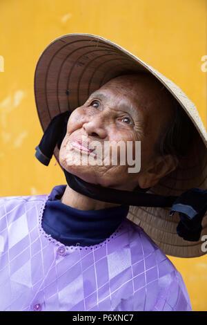 Portrait de femme au Chapeau conique traditionnel , Hoi An , Vietnam Banque D'Images