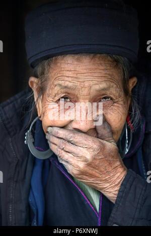 Dame Hmong noir à Sapa , Vietnam Banque D'Images