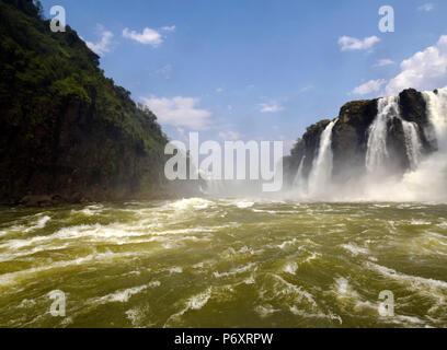 L'Argentine, de Misiones, Puerto Iguazu, vue sur les chutes d'Iguaçu. Banque D'Images