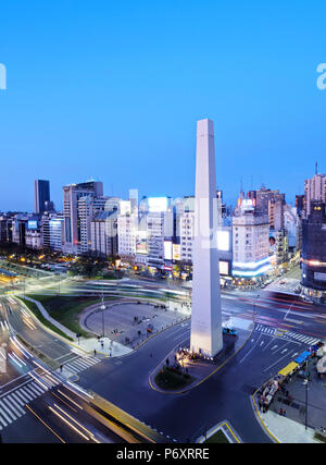 Argentine, Province de Buenos Aires, Ville de Buenos Aires, Crépuscule vue sur l'Avenue 9 de Julio, la Plaza de la Republica et l'obélisque de Buenos Aires. Banque D'Images