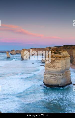Douze Apôtres à l'aube, Port Campbell National Park, Great Ocean Road, Victoria, Australie Banque D'Images