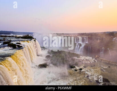 Le Brésil, l'État de Parana, Foz Do Iguacu, vue de chutes d'Iguazu. Banque D'Images