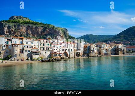 Les bateaux de pêche traditionnels et maisons de pêcheurs, Cefalù, Sicile, Italie, Europe Banque D'Images