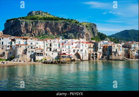 Vieille ville et la Rocca Falaise, Cefalù, Sicile, Italie, Europe Banque D'Images