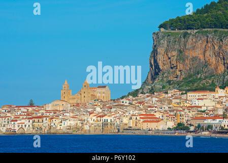 Vieille ville, de la cathédrale et de la falaise La Rocca, Cefalù, Sicile, Italie, Europe Banque D'Images