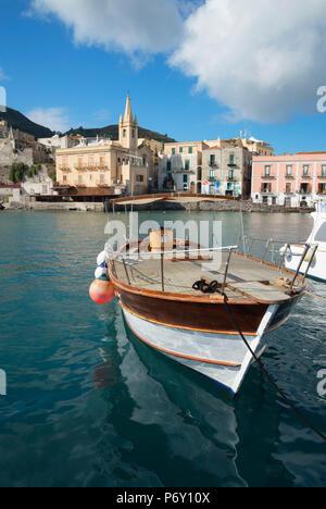 Port de Marina Corta et San Giuseppe, l'église de la ville de Lipari, l'île de Lipari, Les îles Éoliennes, UNESCO World Heritage Site, Sicile, Italie, Méditerranée, Europe Banque D'Images