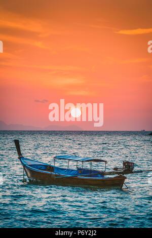 Bateaux Longtail de Sunset Beach, Ko Lipe, Ranong, Thaïlande. Bateau longue queue traditionnels et soleil levant. Banque D'Images