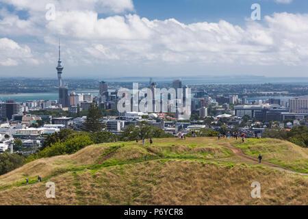 Nouvelle Zélande, île du nord, Auckland, augmentation de la skyline de Mt. Cône de volcan Eden Banque D'Images